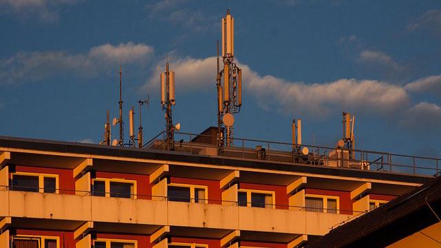 Handy Mast auf Gebäude